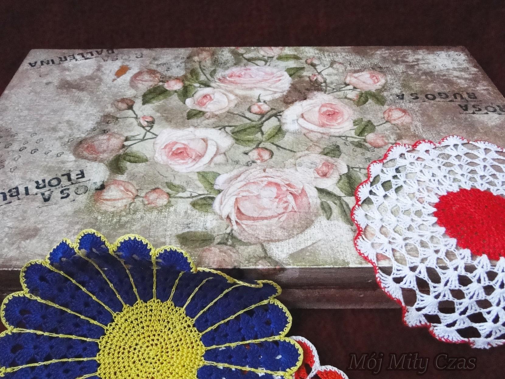 Pudełko w róże i serwetki kolorowe