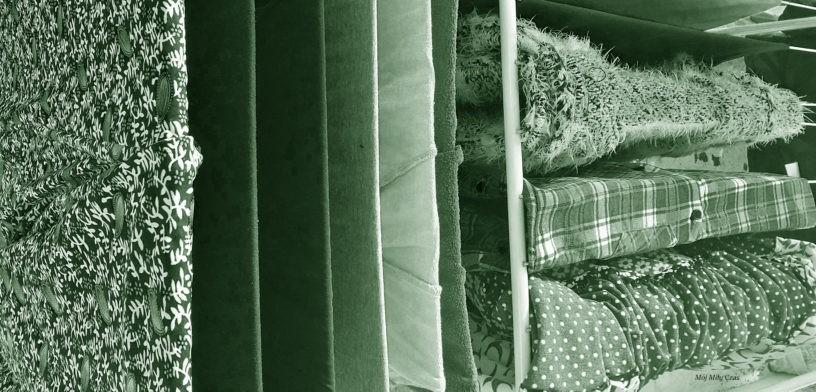 Pranie suszone na suszarce balkonowej