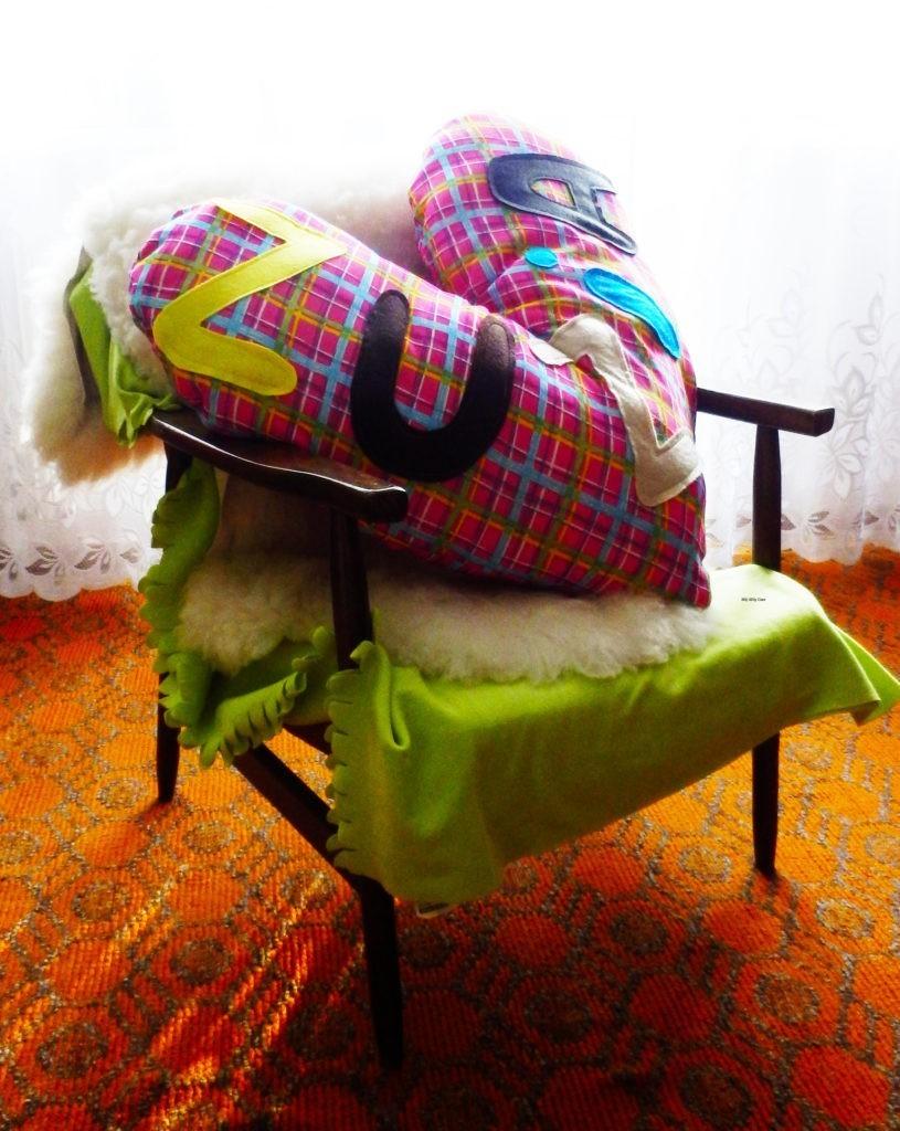 Poduszka dla Zuzi na fotelu